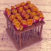 25 желтых роз в пробирке