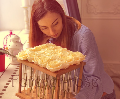 25 белых роз в пробирке